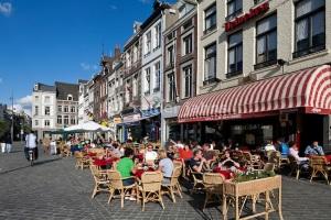 Niederlande, Maastricht: Hauptstadt der Provinz Limburg, Cafes auf dem Marktplatz in der Altstadt
